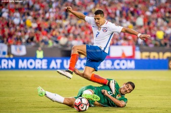 FOXBOROUGH, MASSACHUSETTS - JUNE 10: Alexis S·nchez of Chile leaps as Ronald Eguino #21 of Bolivia defends during a group D match between Chile and Bolivia at Gillette Stadium as part of Copa America Centenario US 2016 on June 10, 2016 in Foxborough, Massachusetts, US. (Photo by Billie Weiss/LatinContent/Getty Images) *** Local Caption *** Alexis S·nchez; Ronald Eguino