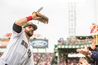 BOSTON, MA - MAY 28: Mitch Moreland #18 of the Boston Red Sox catches a foul ball during the fifth inning of a game against the Seattle Mariners on May 28, 2017 at Fenway Park in Boston, Massachusetts. (Photo by Billie Weiss/Boston Red Sox/Getty Images) *** Local Caption *** Mitch Moreland
