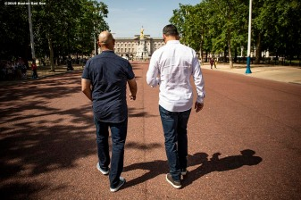 LONDON, ENGLAND - JUNE 28 : Manager Alex Cora of the Boston Red Sox and Manager Aaron Boone of the New York Yankees talk during a photo opportunity during the changing of the guards at Buckingham Palace ahead of the 2019 Major League Baseball London Series on June 28, 2019 in London, England. (Photo by Billie Weiss/Boston Red Sox/Getty Images) *** Local Caption *** Aaron Boone; Alex Cora