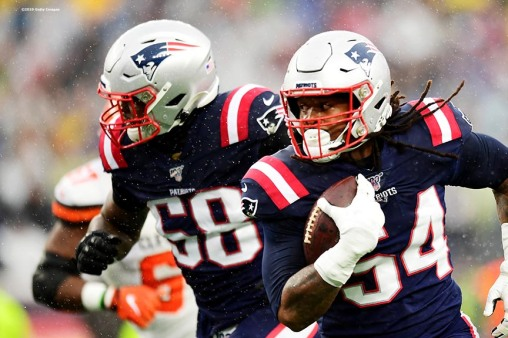 FOXBOROUGH, MASSACHUSETTS - OCTOBER 27: Outside linebacker Dont'a Hightower #54 of the New England Patriots recovers a fumble for a touchdown in the first quarter of the game against the Cleveland Browns at Gillette Stadium on October 27, 2019 in Foxborough, Massachusetts. (Photo by Billie Weiss/Getty Images)